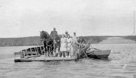 Crossing large rivers was done on small barges, like this ferry service on the Varde Å by Tarphage in 1941. Photo: Unknown.