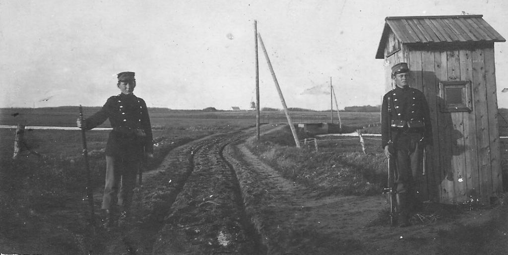 Plougstrup Bro og grænsen bevogtes af gendarmerne. Foto: Jernved Sognearkiv.
