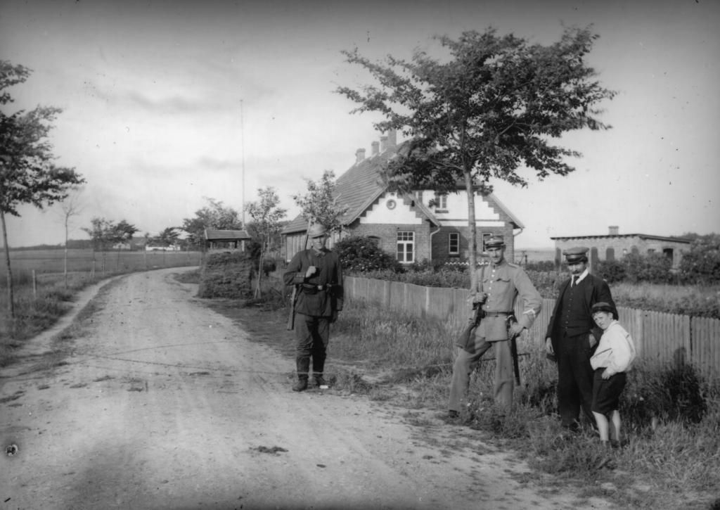 Grænsegendarmer på den tyske side ved Villebøl. Foto: Ukendt.