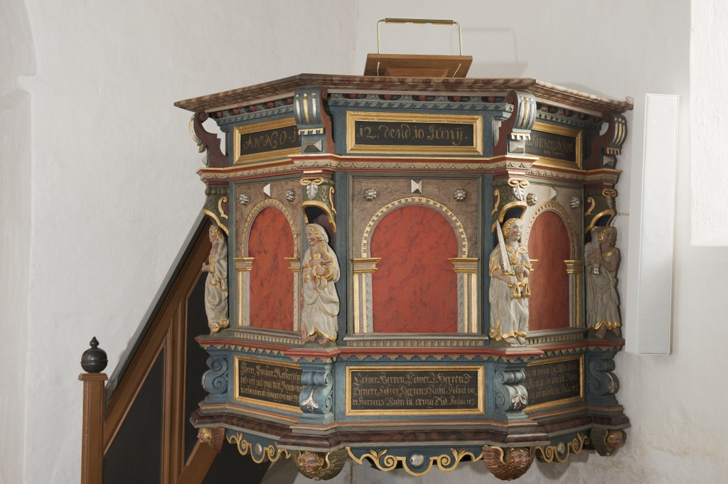 The pulpit with the five virtues carved into it. Photo: Esbjerg Town Historical Archives, Torben Meyer.