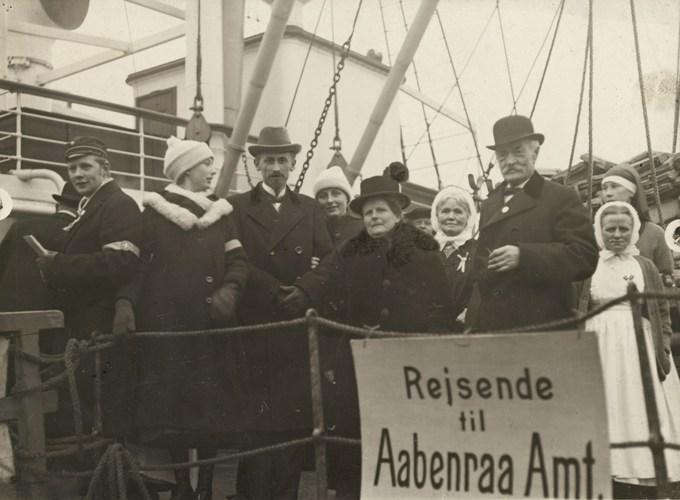 """Jutta Skrumsager med mand og barn ombord på """"Dronning Maud"""" på vej til at afgive deres stemme i 1920. Foto: Det Kongelige Bibliotek."""